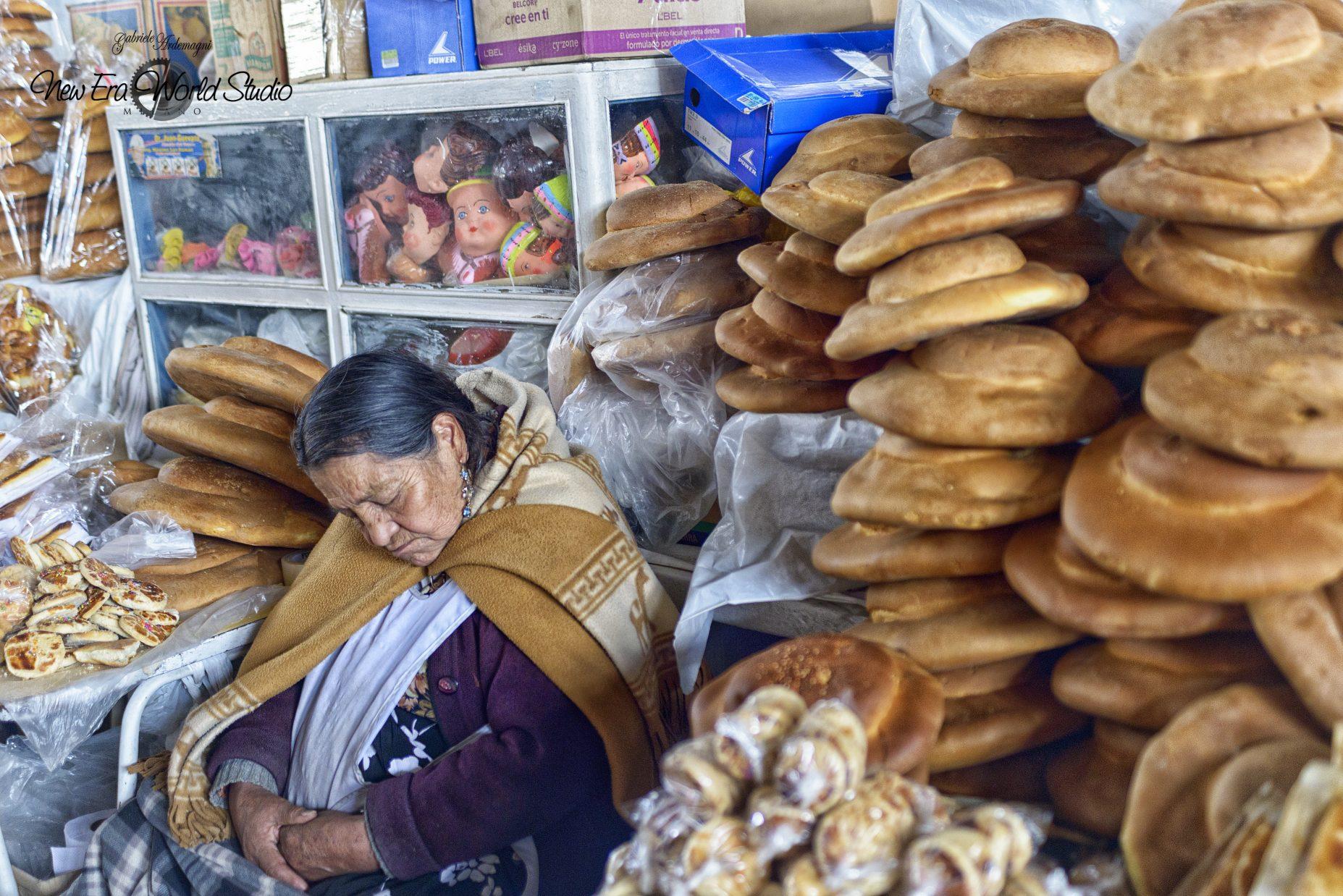 Bread Seller in Cuzco Foto by Gabriele Ardemagni