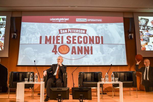 Dan Peterson sul palco della Sala Dino Buzzati a Milano festeggi i suoi secondi 40 anni Foto by Gabriele Ardemagni