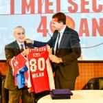 Proli presidente Olimpia Milano consegna a Dan Peterson la maglia 80 alla Festa in Gazzetta dello Sport per gli 80 anni del coach Foto di Gabriele Ardemagni